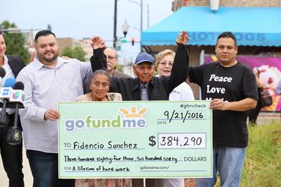"""CHICAGO (IL, EEUU).- El inmigrante mexicano Fidencio Sánchez (3-d), de 90 años, y su esposa Eladia Patiño (2-i) posan con un cheque de 384.290 dólares durante una rueda de prensa, en el local de Paletas Poncho donde trabaja en Chicago, Illinois (EE.UU.). Sánchez, más conocido en el barrio de la Villita como Don Fidencio, recibió hoy un cheque de más de 380.000 dólares donados por 17.000 desconocidos a través de internet, que le permitirá disfrutar de un merecido retiro después de trabajar 23 años como vendedor callejero de """"paletas"""" en Chicago. """"No da para trabajar más"""", declaró a Efe Sánchez, porque, dijo, """"cada día me canso más y ya no me da el cuerpo"""". EFE"""