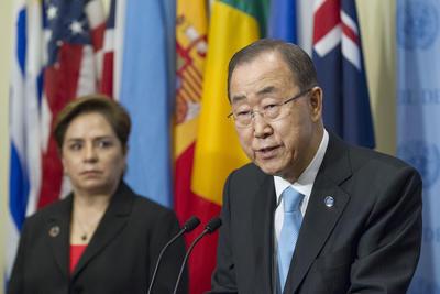 NUEVA YORK (NY, EEUU).- El secretario general de la ONU, Ban Ki-moon (d), junto a la presidenta de COP21, Patricia Espinosa Cantellano (i) durante una rueda de prensa para informar sobre el acto celebrado hoy en la sede del organismo sobre el cambio climático. Durante el mismo, una treintena de países ratificaron el acuerdo sobre el clima de París que dio así un nuevo paso hacia su entrada en vigor. El objetivo de la organización es que el pacto internacional, que se aprobó el pasado diciembre en la capital francesa, se haga efectivo antes de final de año. EFE