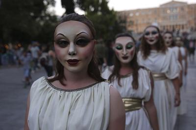 ATENAS (GRECIA).- Actrices del grupo 'Abolishion' (Abolición) realizan un desfile delante del Parlamento griego vestidas con trajes de la Grecia antigua para concienciar sobre la trata de personas y la esclavitud sexual, en Atenas, Grecia. EFE