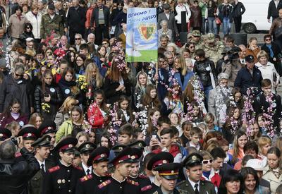 KIEV (UCRANIA).- Ucranianos participan en una marcha con motivo del Día Internacional de la Paz en Kiev (Ucrania). EFE/Sergey Dolzhenko