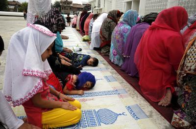 SRINAGAR (INDIA).- Mujeres rezan ante las reliquias del profeta Mahoma, restos de su barba, en el templo Hazratbal en Srinagar, capital de verano de la Cachemira india. Musulmanes realizan hoy rezos especiales con motivo del Día del Mártir Hazrat Usman Ghani. EFE