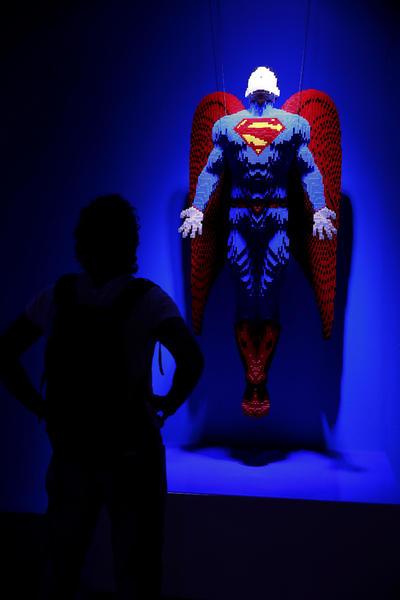 """MADRID, ESPAÑA.- Un joven observa una obra durante la presentación de la exposición """"The Art of the Brick: DC Super Heroes"""", en la que se exhiben más de 120 obras de arte del artista Nathan Sawaya en el Centro Cultural de la Villa, en Madrid. EFE"""