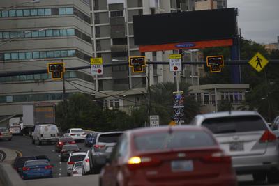 """SAN JUAN (PUERTO RICO).- Fotografía de una larga fila de vehículos en un semáforo apagado debido a un apagón general, en San Juan, Puerto Rico. Alrededor de un millón y medio de personas se han visto afectadas hoy por un apagón eléctrico general en Puerto Rico, según informaron a Efe fuentes próximas a la Autoridad de Energía Eléctrica (AEE). El gobernador de Puerto Rico, Alejandro García Padilla, informó que no se han suspendido vuelos, a la vez que pidió prudencia y aseguró que en unas cuatro o seis horas se comenzará a restablecer la electricidad en algunas zonas, aunque reconoció que la situación es """"muy, muy seria"""". EFE/Thais Llorca"""