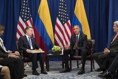 NUEVA YORK (NY, EE.UU.) .- El presidente de Colombia, Juan Manuel Santos (i), se reúne con su homólogo de los Estados Unidos, Barack Obama, durante una reunión bilateral en un hotel de Nueva York (NY, EE.UU.). En su discurso ante la Asamblea General de la ONU, Obama aseguró que ayudar a que Latinoamérica termine su guerra más larga es uno de sus logros como presidente. El mes pasado, el Gobierno de Colombia alcanzó un acuerdo de paz con las Fuerzas Armadas Revolucionarias de Colombia. EFE