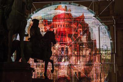 """VIENA (AUSTRIA). - Una vista de la instalación lumínica de la 'PANTALLA INFINITO - La Torre de Babel' por el dúo de artistas austriaco y ruso, Arotin y Serghei, y que muestra partes de la pintura """"La Torre de Babel """" del artista flamenco Pieter Bruegel (Brueghel), en el frente principal de la """"Kunsthistorisches Museum"""" (Museo de Historia del Arte), al lado del monumento de María Teresa en Viena (Austria). La imagen de la proyección a gran escala se presenta con motivo del 125 aniversario del museo, se iluminará del 22 de septiembre hasta el 19 de Octubre. EFE"""