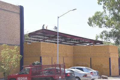 Ya se pueden apreciar a varios trabajadores realizando las labores para su demolición.
