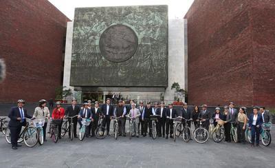 Posteriormente rodearon el Palacio Legislativo de San Lázaro y llegaron por la entrada principal.