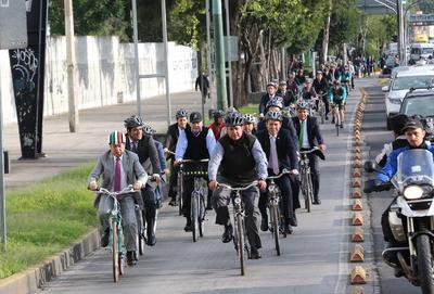 Un grupo de aproximadamente 45 diputados federales del Partido Revolucionario Institucional (PRI) dejaron sus camionetas y coches y se subieron a las bicicletas para sumarse al Día Mundial Sin Auto.