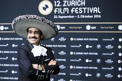 ZÚRICH (SUIZA). Un hombre con un traje tradicional mexicano posa, en el tapete verde de la noche inaugural del Festival de Cine de Zúrich, en Zúrich (Suiza). El festival cinematográfico se llevará acabo entre el 22 de septiembre y el 2 de octubre de 2016. EFE