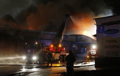 MOSCÚ (RUSIA). - Bomberos rusos intentan extinguir un incendio, en un taller de producción de vajilla de plástico en Moscú (Rusia). Los informes indican que al menos cinco bomberos han muerto en el intento de apagar la conflagración. EFE
