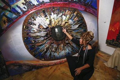 """KIEV (UCRANIA).- La artista ucraniana Daria Marchenko muestra su obra """"Honor"""" en su estudio en Kiev, Ucrania. La obra """"El Corazón de la Guerra"""" ha sido creado por Marchenko en colaboración con el artista ucraniano Daniel Green, y es una de las pinturas de la serie """"Los Cinco Elementos de la Guerra"""". Diferentes tipos de obras de arte creadas en la zona de conflicto de Ucrania oriental han sido las elegidas para esta serie. EFE"""