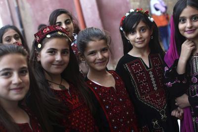 NABLUS (GAZA Y CISJORDANIA).- Niñas palestinas posan ante el fotógrafo durante las celebracioens locales para el festival de la Oliva en el pueblo Asera, cerca de Nablus, Palestina. Los habitantes de Asera celebran el festival llevando el traje tradicional y bailando Dabka. EFE