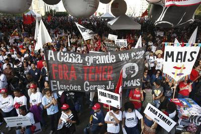 PAULO (BRASIL).- Integrantes de las principales centrales sindicales de Brasil se movilizan hoy, 22 de septiembre de 2016, en la ciudad de Sao Paulo (Brasil), para protestar contra las reformas propuestas por el Gobierno del presidente Michel Temer, al que acusan de atentar contra los derechos y conquistas de la clase trabajadora. EFE