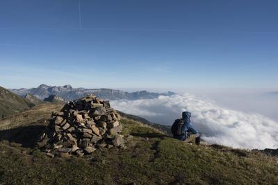 WARTAU (SUIZA).- Un hombre se sienta en lo alto del pico Alvier (situado a 2.343 metros sobre el nivel del mar) con el valle del Rin a sus pies, en Wartau, Suiza. EFE/Gian Ehrenzeller