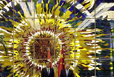 LA HABANA (CUBA).- El presidente de Cuba, Raúl Castro (d), y el primer ministro de China, Li Keqiang (i), participan en una ceremonia de firma de acuerdos, en el Palacio de la Revolución de La Habana (Cuba). El primer ministro chino -quien viaja acompañado de su mujer, Cheng Hong, algo poco frecuente- llegó a la nación caribeña después de haber participado en la Asamblea General de las Naciones Unidas en Nueva York (Estados Unidos) y visitado Canadá. EFE