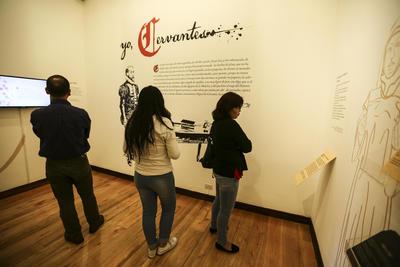 """QUITO (ECUADOR).- Fotografía del Museo del Carmen Alto, en Quito (Ecuador), cuyos visitantes ecuatorianos participan en la exposición """"Yo, Cervantes"""" , donde se cuenta anécdotas y curiosidades del autor español más universal. EFE"""