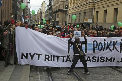"""HELSINKI (FINLANDIA).- Miles de personas se manifestaron hoy en Finlandia para protestar por la muerte de un joven a manos de un neonazi durante una marcha de un grupo de ultraderecha contra la política de asilo del Gobierno, tras la llegada masiva de refugiados el año pasado. Cerca de 20.000 personas participaron en la movilización celebrada en Helsinki, la más multitudinaria del país, bajo el lema """"Parad el partido - ya basta de racismo y fascismo). EFE"""