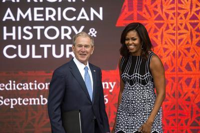 Washington, DC, EE.UU..- La primera dama Michelle Obama (R) saluda al ex presidente estadounidense George W. Bush (L) después de hablar en la apertura del Museo Nacional del Smithsonian de Historia Afroamericana y Cultura en Washington, DC.. Las ceremonias de inauguración de el museo de 400.000 pies cuadrados atrajo a miles de asistentes. EFE