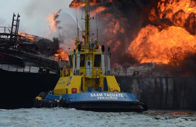 """VERACRUZ (MÉXICO).- Vista general de un buque tipo cisterna de la empresa petrolera Pemex, cargada con 160 mil barriles de combustible, que explotó y se incendió frente a las costas del puerto de Veracruz. El accidente ocurrió en el área de fondeo a siete millas náuticas de las costas del Golfo de México, donde la embarcación """"Burgos"""" iba cargada con 80 mil barriles de diesel, 71 mil barriles de magna y 16 mil barriles de gasolina desulfurada. EFE"""
