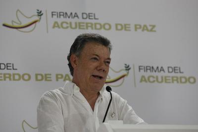 CARTAGENA (COLOMBIA).- El presidente de Colombia, Juan Manuel Santos, ofrece una rueda de prensa, en Cartagena (Colombia). Santos dijo hoy que la negociación de paz con las FARC, que mañana se materializará con la firma de un acuerdo definitivo, fue un proceso largo y difícil que ha llegado a buen puerto. EFE