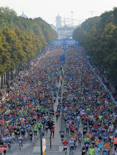 Berlín (Alemania).- Los atletas compiten en la edición número 43ª del Maratón de Berlín en Berlín, Alemania. EFE