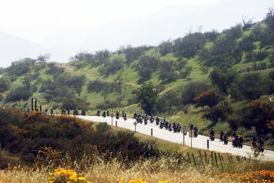 """SANTIAGO (CHILE).- Motociclistas participan en un recorrido por la ciudad de Santiago de Chile, durante el tradicional """"The Distinguished Gentleman's Ride"""" que se realiza por segunda vez en el país para reunir fondos destinados a la investigación del cáncer de próstata y en apoyo a los hombres que padecen esta enfermedad. EFE"""