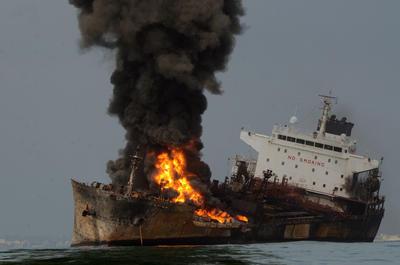 VERACRUZ (MÉXICO).- Vista general del buque tipo cisterna de la empresa petrolera mexicana Pemex, cargada con 167 mil barriles de combustible, que explotó y se incendió este sábado frente a las costas del puerto de Veracruz. El incendio del buque cisterna de Petróleos Mexicanos (Pemex) sigue sin ser controlado ni extinguido, informaron hoy fuentes de la empresa estatal, que a la vez descartaron el riesgo de un derrame. EFE