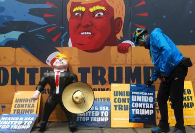 """CIUDAD DE MÉXICO (MÉXICO).- Un hombre participa, en una manifestación de repudio, en Ciudad de México, en contra del candidato republicano a la Presidencia de Estados Unidos, Donald Trump. Activistas de la organización civil Avaaz llamaron hoy en México a los estadounidenses residentes en el país norteamericano a votar contra de Trump en las elecciones de noviembre próximo, por considerar que el republicano es """"una amenaza global"""". EFE"""