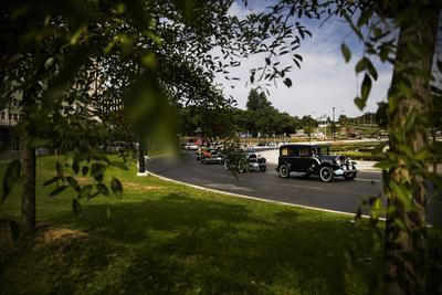 Lisboa (Portugal).- Vehículos clásico participan en el tercer desfile de coches clásicos en Lisboa, Portugal. Cerca de doscientos coches que datan de comienzos de los siglo XX cruzó por el centro de Lisboa. EFE