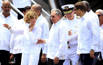 CARTAGENA (COLOMBIA). El presidente de Cuba, Raúl Castro (c), a su llegada a Cartagena (Colombia), donde asistirá a la firma definitiva de los Acuerdos de Paz entre el Gobierno colombiano y la guerrilla de las FARC este 26 de septiembre. EFE