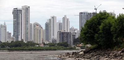 CIUDAD DE PANAMÁ (PANAMÁ).- Vista general del humedal de la bahía de Panamá en Ciudad de Panamá.. El compromiso de Panamá con la lucha contra el cambio climático parece contundente con su ratificación del Acuerdo de París y su propuesta de albergar un centro mundial para la reducción de emisiones, pero una brecha separa a esta política exterior del trato que recibe el territorio panameño. Por un lado se firman convenios y por el otro se aprueba la expansión de termoeléctricas. Se siembran miles de hectáreas en una alianza público privada, pero no se combate oportunamente la tala de otras 11.000 cada año, lamenta desde el Colectivo Voces Ecológicas el activista Olmedo Carrasquilla en declaraciones Efe. EFE