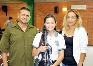 26092016 Brisa Ordaz con sus papás, Edgar Ordaz y Lilia Arellano.