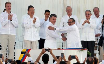 Colombia vivió un día histórico en el que más de medio siglo de guerra interna llegó oficialmente a su fin.