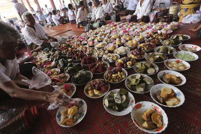 """KANDAL (CAMBOYA).- Varias personas obsequian con sus ofrendas durante el """"Día de la Muerte"""" (""""El día de los ancestros"""") en una pagoda en la provincia de Kandal, Camboya. Camboya celebra el festival de la Muerte desde el 17 de septiembre al 2 de octubre. Durante estos 15 días muchos camboyanos visitan las pagodas y llevan comida y otras ofrendas a los monjes budistas. EFE"""