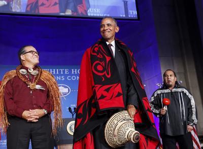 WASHINGTON (ESTADOS UNIDOS.- El presidente de Estados Unidos, Barack Obama (d) recibe de manos del presidente de la Conferencia Nacional de Indios Americanos, Brian Cladoosby (i) un sombrero tradicional en la Conferencia de Naciones Tribales en la Casa Blanca, Washington (Estados Unidos). Líderes de las 567 naciones nativas americanas se reúnen para discutir asuntos con el Gobierno. EFE