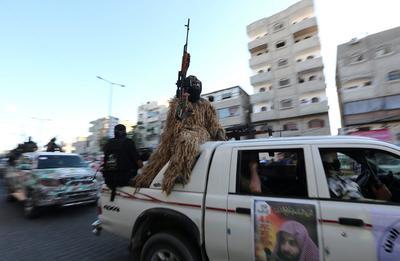 RAFAH (FRANJA DE GAZA). - Combatientes palestinos del grupo de Al Nasser Salah al Din, leales al movimiento Hamas, se pasean, por las calles de Rafah (Franja de Gaza), mostrando sus armas durante un acto con motivo del 17 aniversario de la formación de su grupo. El grupo es un brazo armado del grupo militante Comités de Resistencia Popular (PRC). EFE