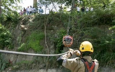 MANAGUA (NICARAGUA).- Rescatistas de Nicaragua practican el rescate de un hombre en un barranco, durante el III Simulacro Nacional de Protección ante Amenazas Múltiples convocado por el Gobierno de Nicaragua, en Managua. EFE