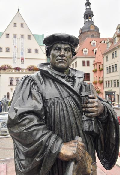 EISLEBEN (ALEMANIA).- La estatua del reformista alemán Martín Lutero es expuesta en la plaza del mercado en Eisleben, Alemania. La escultura de bronce, que pesa alrededor de una tonelada y media, ha sido limpiada y protegida con una capa de cera durante 6 semanas en un taller de la ciudad. El momumento permanecerá cubierto hasta el próximo 30 de septiembre. La escultura fue realizada en 1883 por el escultor Rudolf Siemering en el 400 aniversario del nacimiento de Lutero. EFE