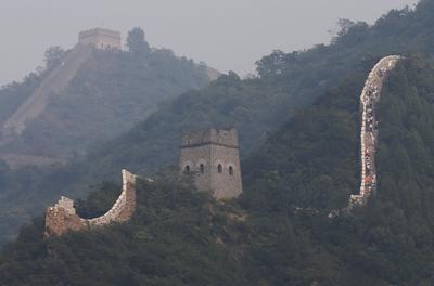 """TIANJIN (CHINA).- Varias personas visitan la sección Huangyaguan de la Gran Muralla China en Tianjin al noreste de Pekín (China). La Organización del Turismo de Naciones Unidas (UNWTO, siglas en inglés) celebra mañana el Día Mundial del Turismo bajo el lema ?Turismo para todos: promover la accesibilidad universal?. Según la UNWTO, """"Toda persona tiene derecho a acceder a los servicios de ocio y turismo en igualdad de condiciones"""". EFE"""