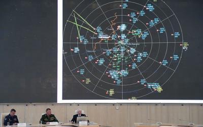 """MOSCÚ (RUSIA).- El comandante de las fuerzas radiotécnicas rusas, Andréi Koban (i), el portavoz del ministro de Defensa ruso, Igor Konashenkov (2-i), y un responsable de la planta electromecánica Liano, asisten a una rueda de prensa informativa sobre el derribo del avión MH17 de Malaysia Airlines sobre Ucrania celebrada en el Ministerio de Defensa de Rusia en Moscú. Las autoridades rusas presentaron hoy nuevas pruebas que demostrarían que el misil que derribó el avión malasio que cubría el vuelo MH17 en 2014 en el este de Ucrania no fue lanzado desde zonas controladas por los separatistas prorrusos, como señaló un informe del Consejo de Seguridad de Holanda. El sistema de radares ruso ubicado en la región de Rostov del Don -muy próxima a la zona de la tragedia que costó la vida a 298 personas- """"no detectó el acercamiento de objetos voladores al avión en los momentos previos al siniestro"""", aseguró a los medios Andréi Koban. EFE"""