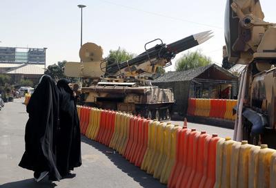 TEHERÁN (IRÁN).- Mujeres iraníes observan los misiles y tanques expuestos durante el 36 aniversario de la guerra Irán-Irak, en la plaza Baharestan, en Thereán (Irán). Irán se encuentra de celebración por el aniversario de la guerra con Irak, que tuvo lugar entre 1980 y 1988. EFE