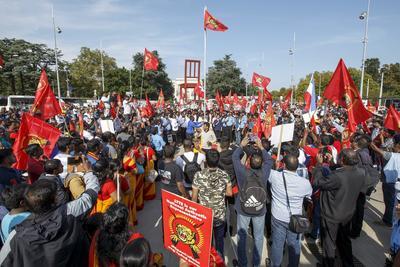 GINEBRA (SUIZA).- Miles de tamiles de distintas partes de Europa participan en una manifestación para exigir una investigación de la ONU en Sri Lanka en la Plaza de las Naciones, delante de la sede de las Naciones Unidas en Ginebra, Suiza. EFE