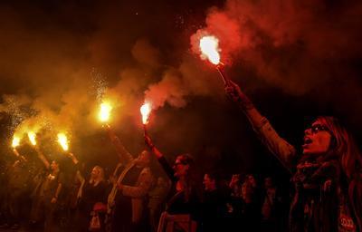 """SKOPIE (MACEDONIA). - Miembros del movimiento """"Revolución colorida"""" protestan hoy, lunes 26 de septiembre de 2016, en frente del edificio del parlamento en Skopie (Macedonia), para mostrar su apoyo al a la oficina Fiscal Especial (SPO) de Skopie. Los manifestantes afirman que el trabajo de la SPO se ha visto obstaculizado en varias ocasiones por la coalición de gobierno. EFE"""