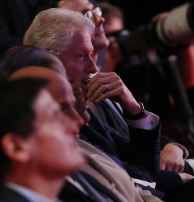 Bill Clinton escucha atentamente a su esposa.