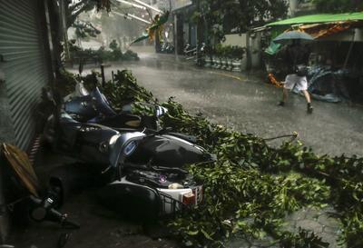 HUALIEN (TAIWÁN).- Un hombre camina junto a motos tiradas en el suelo bajo la lluvia debido a los fuertes vientos por la llegada del Tifón Megi en el condado de Hualien en el este de Taiwán. China y la isla de Taiwán están en estado de alerta y han tomado medidas de prevención ante la llegada del tifón Megi, que podría llevar fuertes lluvias a sus costas, informaron hoy las respectivas autoridades. El ojo del tifón se encuentra a pocos kilómetros de la costa oriental de Taiwán. Se esperan lluvias de hasta 900 milímetros en varias partes de la isla, con el peligro de inundaciones y deslizamientos de tierra en especial en zonas montañosas. EFE