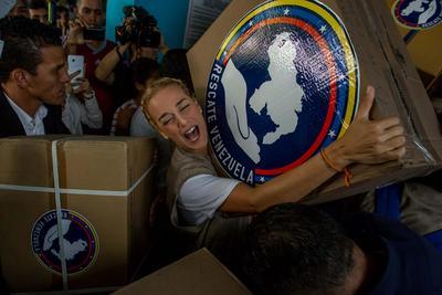 """CARACAS (VENEZUELA).- Lilian Tintori (c), esposa del opositor venezolano Leopoldo López, entrega insumos médicos, en el Hospital de Niños """"José Manuel de los Ríos"""" en Caracas (Venezuela). EFE"""
