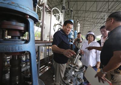 ARAYAT (FILIPINAS).- Fotografía facilitada, por los Fotógrafos Presidenciales (PPD) que muestra al presidente filipino, Rodrigo Duterte (i), que inspecciona un laboratorio de shabú, una potente metanfetamina, en la ciudad de Arayat, Filipinas. La ONU anunció el 23 de septiembre que revisará a finales de mes la situación de los derechos humanos en Filipinas, ya que la campaña contra las drogas de Duterte ha causado la muerte de unos 3.500 supuestos narcotraficantes y drogadictos. EFE