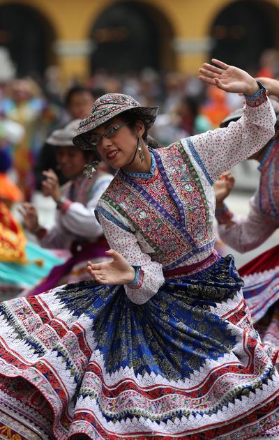 LIMA (PERÚ).- Una bailarina participa de un desfile realizado, en la Plaza Mayor de Lima (Perú), que cerró la ceremonia de celebración del Día Mundial del Turismo, con la participación del presidente Pedro Pablo Kuczynski y el ministro de Comercio Exterior y Turismo, Eduardo Ferreyros. EFE