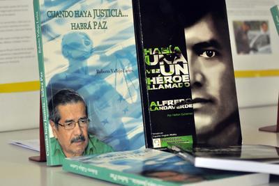 TEGUCIGALPA (HONDURAS)- Fotografía de la portada de los libros que se exhiben, en los pasillos de la Biblioteca de la Universidad Autónoma de Honduras, para recordar la vida y lucha contra el narcotráfico del hondureño Alfredo Landaverde, exasesor antidrogas asesinado en diciembre de 2011, en Tegucigalpa (Honduras). EFE