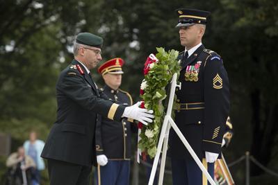 ARLINGTON (ESTADOS UNIDOS).- El Gerente y Comandante del Ejército canadiense, Paul Wynnyk (i), deja una corona durante una ceremonia conmemorativa en la tumba del Soldado Desconocido en Arlington, Estados Unidos. EFE